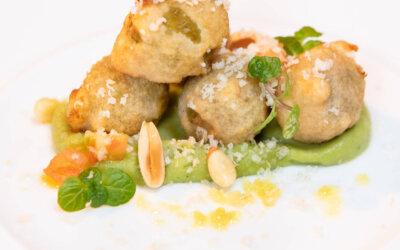 Aceitunas Gordal con almendras en tempura y con humus de pesto
