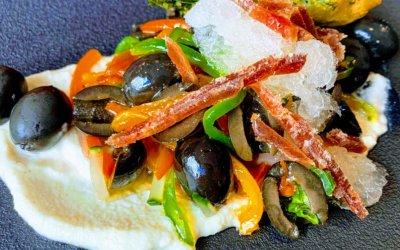 Aceituna negra Cacereña a la vinagreta sobre mojo blanco de almendras tostadas, escarcha de vino fino y semi-mojama de atún