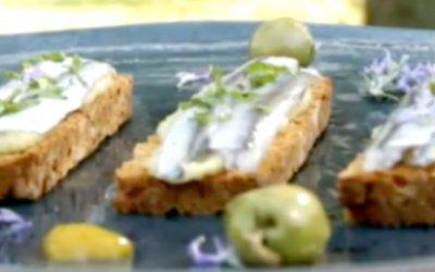 Boquerones marinados en cítricos sobre tostas de pan de tomate y humus de aceituna Manzanilla