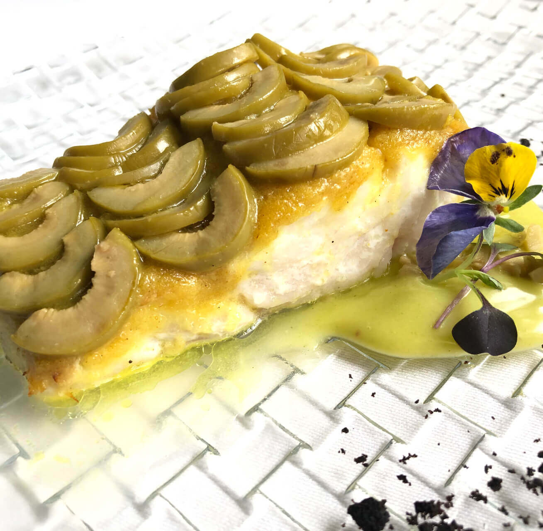 Receta de merluza con escamas de aceituna Gordal al curry