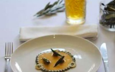 Negroni bird, puchero de aceitunas Gordal, jamón de bellota y naranja con guarnición de anchoa salada y ahumada en olivo y naranja