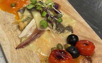 Milhojas de anchoa, boquerón y bocarte, con crema de aceitunas Hojiblanca y tomate
