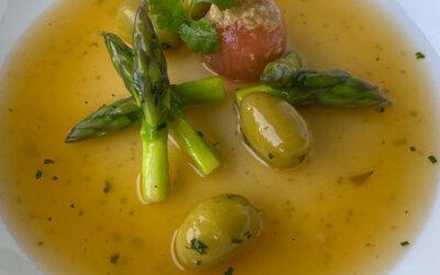Caldillo de ave y langosta al ají curicano, con aceitunas Manzanilla y espárragos verdes.