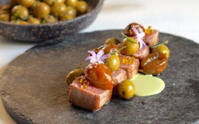 Lomo de atún salvaje con tomatitos marinados, gazpachuelo de aceitunas Manzanilla y estragón